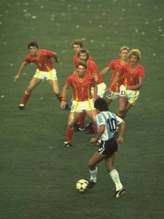 Diego Maradona being covered by 6 Belgian players during the opening match of the 1982 FIFA World Cup in Spain. It worked as Argentina was stunned in a major upset at the Nou Camp in Barcelona. World Football, Soccer World, Football Soccer, Retro Football, Fifa, American Football, Diego Armando, Football Photos, Sport Icon