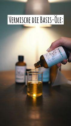Du bist schwanger und möchtest dein Bäuchlein mit täglichen Massagen pflegen um lästige Dehnungsstreifen zu vermeiden? Dann folge einfach unserem DIY-Rezept und stelle dein Pflegeöl selbst her. Du benötigst 50ml Mandel-Öl, 25ml Jojoba-Öl, 20ml Ringelblumen-Öl und 20-25 Tropfen ätherisches Mandarinen-Öl. Außerdem noch einen Messbecher, einen Trichter und eine 100ml Sprühflasche. Nun alles nacheinander einfüllen und fertig ist dein eigenes DIY-Schwangerschaftsöl! #edel-naturwaren Soap, Personal Care, Bottle, Homemade Cosmetics, Diy Gifts, Gift For Boyfriend, Self Care, Personal Hygiene, Flask