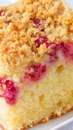 Raspberry and Lemon Crumb Cake ~ Incredibly soft and flavorful. A sweet lemon sponge, with fresh raspberries sprinkled over and a crunchy, golden topping. Cake for twins boy and girl Mary Berry, Just Desserts, Dessert Recipes, Healthy Cake Recipes, Cupcake Cakes, Cupcakes, Def Not, Coffee Cake, Let Them Eat Cake