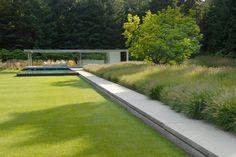 Villatuin in Noord-Holland - Andrew van Egmond Home Garden Design, Modern Garden Design, Garden Landscape Design, Minimalist Garden, Style Minimaliste, Sloped Garden, Villa, Garden Architecture, Formal Gardens