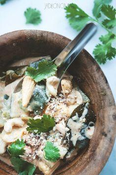 Dlaczego curry zawsze jest dobrą propozycją na szybki obiad? Bo wystarczy wrzucić kilka składników na dno gorącego garnka, a w kilkanaście minut magicznie zmienią się w posiłek.  Tradycyjnie przygotowanie każdego curry powinno zacząć s[...]