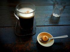 BOISSONS ■ IRISH COFFEE   Cocktail pour 6 personnes ■ Mettez 2 sucres dans chaque verre (soit 12 sucres en tout). Versez 20cl de whisky, puis 25cl de café. Finir par la crème fouettée. Servir chaud