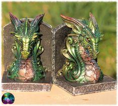Une superbe paire de serres livres en forme de buste de dragon dans les teintes vertes. Idéale pour habiller votre bibliothèque ou votre autel de l'esprit médiéval fantastique.