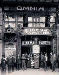 Dünyanın ilk sinema salonunun 1 Aralık 1906'da Paris'te açıldığını biliyor muydunuz?  Sinemada film seyretmenin keyfi başkadır. Hep televizyon izlemeyin yani arada bir sinemaya da gidin.