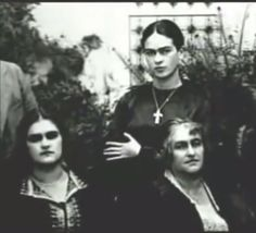 Frida with her sister and mother~Image via Cecut