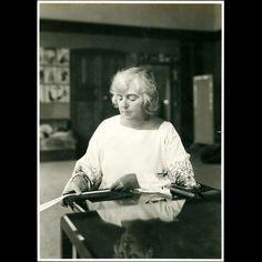 Madeleine Vionnet - créatrice de haute couture, apposant son empreinte digitale sur un ruban photographie par Thérèse Bonney (1925).