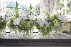 Zartes Violett, Glockenblumen und Gläser als sommerliche Tischdekoration für eine Hochzeitsfeier im Kaminzimmer im Seehaus, Riessersee Hotel Resort, Garmisch-Partenkirchen, Bayern - Wedding in Bavaria