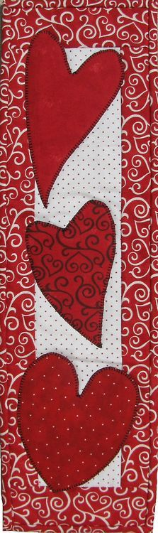 Valentine table runner but use different colors. Small Quilts, Mini Quilts, Valentine Day Crafts, Valentines, Quilting Projects, Sewing Projects, Quilted Table Runners, Quilted Wall Hangings, Sewing Table