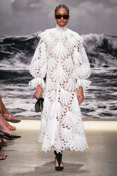 May 2020 - The complete Zimmermann Spring 2020 Ready-to-Wear fashion show now on Vogue Runway. Fashion 2020, New York Fashion, Runway Fashion, Fashion Show, Fashion Design, Daily Fashion, Fashion Details, Paris Fashion, Vogue Paris