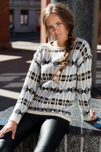 Genser med splitt i hals – Dale Garn Knitting Patterns Free, Free Knitting, Free Pattern, Christmas Sweaters, Sweater Cardigan, Knit Crochet, Tie Dye, Cardigans, Graphic Sweatshirt