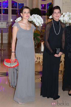 Carlota Casiraghi luce embarazo junto a Carolina de Mónaco en una cena de gala