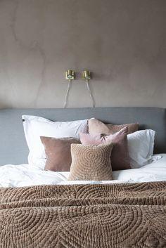 döljer ett luxuöst master bedroom utöver det vanliga – kika in! Ikea Bedroom, Bedroom Sets, Diy Bedroom Decor, Cosy Bedroom, Bedding Sets, Bedroom Furniture, Dream Master Bedroom, Master Bedroom Design, Zen Home Decor