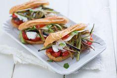 Gli eclair salati vegetariani sono degli stuzzichini molto sfiziosi da preparare per le feste, gli aperitivi e i compleanni e farcirli a piacimento!
