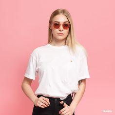 Carhartt WIP W Chase Tee bílé za 610 Kč: Bílé dámské tričko skrátkými rukávy od značky Carhartt WIP sdecentním logem na předníčásti. Focena velikost S. Modelka měří 169cm a váží 50kg. ...