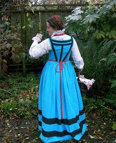 Wooot! I have been working on this dress for a while (March 27th to May 13th), and got to wear it all finished and pretty at Damsels in Distress. I was thinking about entering it into the Baronia…
