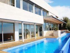 Chalet 5 Habitaciones Venta 985 000 (CR0736MAR)  Chalet de diseño en Sant Vicenç de Montalt de Costa Maresme a 35 km de Barcelona. Está en una zona residencial tranquila y bien comunicada a 2 km del mar. Año de construcción 2005 en perfecto estado de conservación. Estilo minimalista. Se caracteriza por sus espacios diáfanos y luminosos. La casa tiene un jardín privado con piscina. Consta de 3 plantas y dispone de 5 dormitorios de los cuales dos son suite con vestidor salón comedor con…