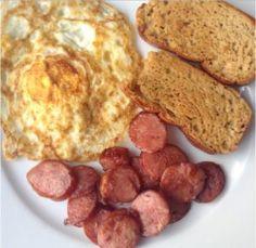 Café da manhã low carb simples e rápido - ovo, linguiça artesanal defumada e pão low carb
