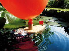 Boot mit Luftantrieb  Das Boot wird durch die entweichende Luft aus dem Ballon angetrieben. Die Luft wird mittels Holzröhrchen durch das Boot geleitet und entweicht unterhalb der Wasseroberfläche. Inhalt: 1 Luftballon, Holzboot aus...
