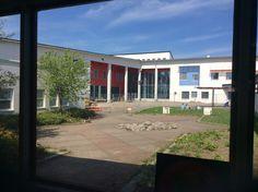 Kuvakulma menneestä maailmasta... Kuvan kohteena uusi koulu kuvattu vanhan koulun varjoista