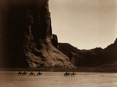 Navajo family This famous photograph depicts Navajo Indians on their horses at the turn of the century. The picture was taken by Edward Curtis at Canyon de Chelly.Mesmerizing Historical Photos From The Wild Wild West Edward Curtis, Native American Photos, Native American Tribes, American Indians, Indian Tribes, Native American Decor, Library Of Congress, Photos Du, Old Photos