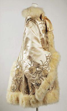 Capa, Opera  Emile Pingat (francés, activo desde 1860 hasta 1896)  1882 Cultura: Francés. Material: seda, pieles, plumas, metal. Dimensiones:  41 pulg (104,1 cm)