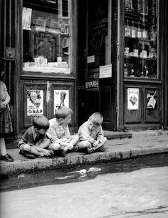 Photo ancienne et de autrefois, photographie de époque en noir et blanc Enfants garçons a paris avant les ordinateurs en 1950, par Doisneau Robert.