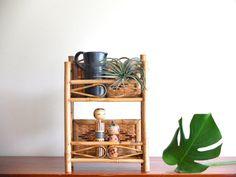 Petite étagère en bambou et osier années 50 par lestrictmaximum