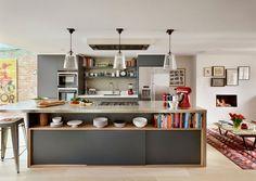 6-cozinha-armário-cinza-ilha-livros