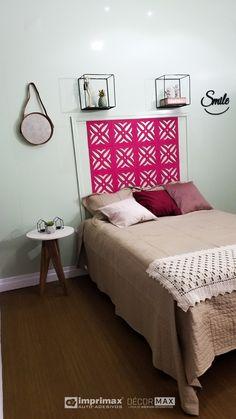 """Assista ao oitavo episódio da série """"PROJETO CRIATIVO""""! A Imprimax forneceu espaço e materiais para que arquitetos e designers de interiores esbanjassem toda a sua criatividade, mostrando as possibilidades da utilização de vinis autoadesivos na decoração de ambientes. Confira agora o resultado incrível e conceitual que a design de interiores Gabriela Dutra criou. Designers, Bed, Furniture, Home Decor, Vinyls, Architects, Creative, Decorating Ideas, Creativity"""