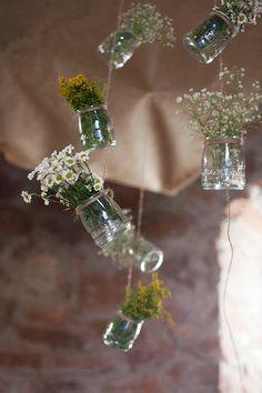 Os presentamos una selección de bellas ideas para decorar con flores colgantes una fiesta o evento.