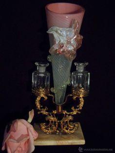 Violetero en cristal de Murano, con peana de alabastro y guirnalda dorada. Años 1940.