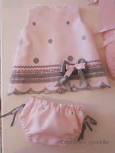 A lot of baby Clothing models. Entre retales y puntillas: octubre Look at the pins below. Baby Outfits, Little Dresses, Little Girl Dresses, Kids Outfits, Sewing For Kids, Baby Sewing, Baby Girl Fashion, Kids Fashion, Baby Frocks Designs