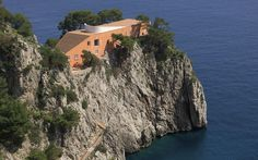 Casa come me (a house like me): this was the name which Curzio Malaparte chose for his home on the island of Capri, a massive block of masonry set on the rocky spur of Punta Masullo and clearly visible from the Pizzolungo coastal path. Built in 1938