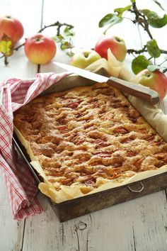 Herlige og lettbakt eplekaken i langpanne. Sweet Recipes, Cake Recipes, Dessert Recipes, Desserts, Pie Shop, Norwegian Food, Sweets Cake, Apple Cake, Cakes And More