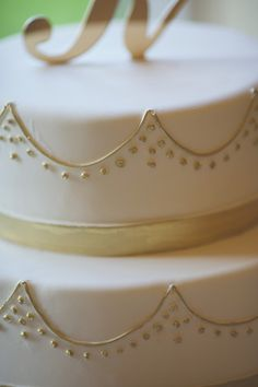 Love the subtle yet #glam detail on this stunning #wedding #cake {Michelle Damas Photography}