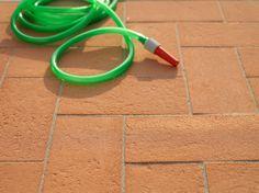 Pavimentazione del giardino con pianella piena Minerva: cotto a basso assordimento d'acqua  per non aver problemi di muschio!