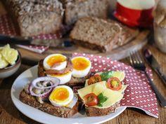 Saftig rugbrød   Godt.no Sushi, Eggs, Baking, Breakfast, Ethnic Recipes, Food, Morning Coffee, Bakken, Essen