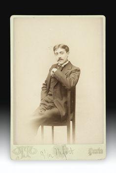 Proust, Marcel PHOTOGRAPHIE ORIGINALE (14,2 X 10,2 CM). PARIS, OTTO, S.D. [1895], SOUS CHEMISE DEMI-MAROQUIN MODERNE.