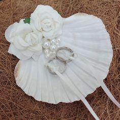 Mar cáscara sostenedor del anillo de bodas   Una concha de mar natural, pintado a mano y decorado con rosas papeles y perlas de imitación - cada