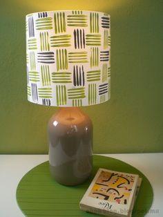 Um candeeiro bem engraçado feito com um garrafão ou garrafa de vidro e cartolina pintada!