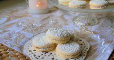 """Questi morbidissimi biscottini sono ripieni di crema mou o """"dulce de leche"""", tipici del sud-america sono facilissimi da fare e si sciolgono in bocca. Provare per credere! Ingredienti per circa 25 Alfajores:  113 g di burro  60 g di zucchero a velo 1 uovo piccolo 140 g di maizena 60 g di farina 00 1 cucchiaino di lievito in polvere per dolci 1/2 cucchiaino di essenza di vaniglia (o vanillina)  Per farcire:  dulche de leche q.b. zucchero a velo q.b. cocco rapé q.b. (opzionale) Macarons, Sud America, Cereal, Breakfast, Dulce De Leche, Morning Coffee, Macaroons, Breakfast Cereal, Corn Flakes"""