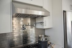 This gorgeous metallic backsplash puts a modern spin on the classic white subway tile backsplash and adds a professional, industrial vibe to this cooking space.