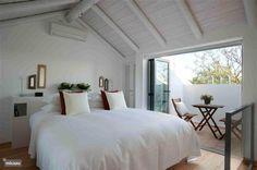Slaapkamer met tweepersoonsbed en terras