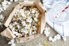 Everything Bagel Popcorn. Everything Bagel Popcorn Recipes This Everything Bagel Popcorn is a great whole grain, low calories snack — and who can resist the seasonings on an everything bagel? Healthy Low Calorie Snacks, Healthy Popcorn, Popcorn Snacks, Popcorn Recipes, Gluten Free Snacks, Everything Bagel, Kids Meals, Clean Eating, Food And Drink