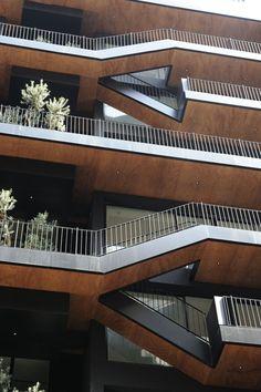 Plot #183 | Bernard Khoury Architects Detalhe do forro das varandas duplex em madeira