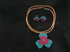 Conjunt flor d'arracades i collaret de feltre. Referència :FL-CON-019 Material : Feltre Pes : 2g