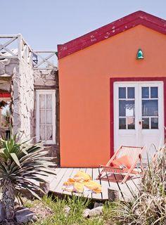 Ideas para un deck: contraste de color, plantas y revestimiento de piedra. En casa de campo rústica de Camet Norte, Costa Atlántica argentina.