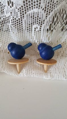 Vintage Aarikka wooden cheese button set with bird figure, made in Finland in the Original Aarikka package included. Material is natural and blue lacquered wood.