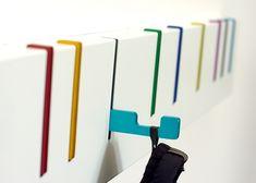 platzsparende Garderobenleiste mit bunten ausklappbaren Haken