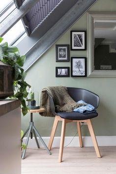 Groene slaapkamer met zwarte stoel | Green bedroom with black chair | vtwonen 10-2017 | Fotografie Margriet Hoekstra | Styling Barbara Natzijl